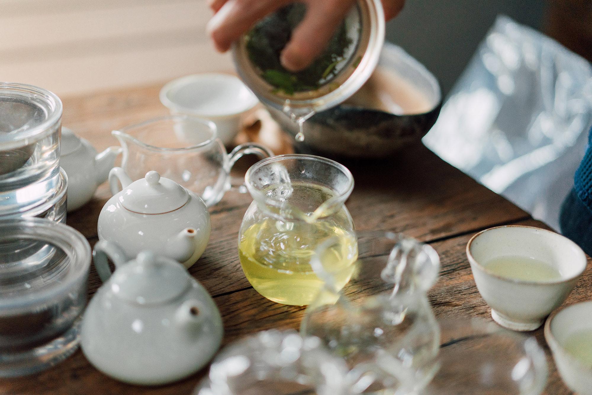 淹れると黄金色に輝く浅蒸しの煎茶